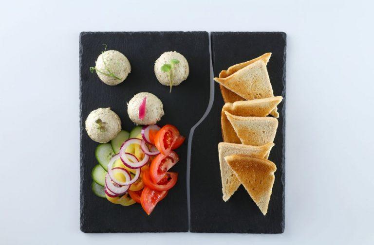 Padlizsánkrém friss zöldségekkel és toast kenyérrel_ED