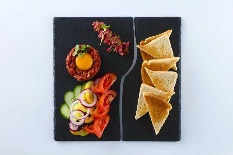 Tatár beefsteak roppanós zöldségekkel és pirítossal_ED